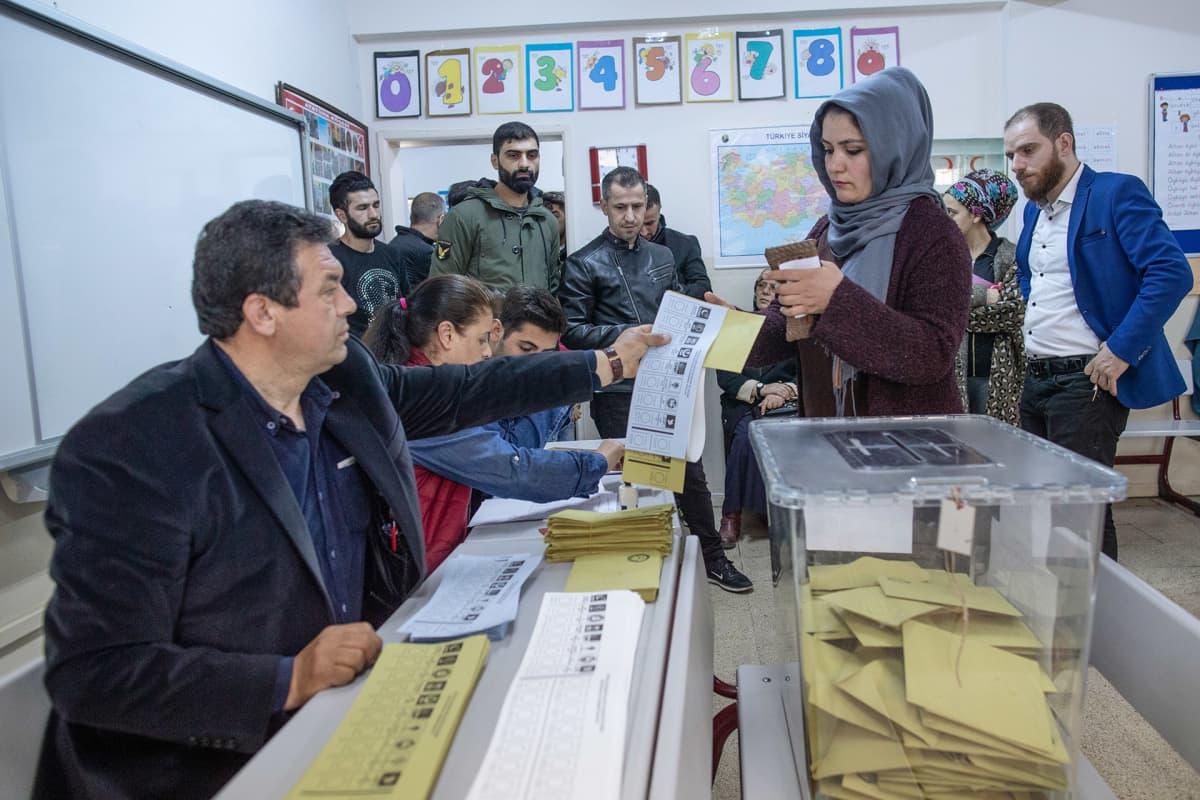 Kansalaisia äänestämässä.
