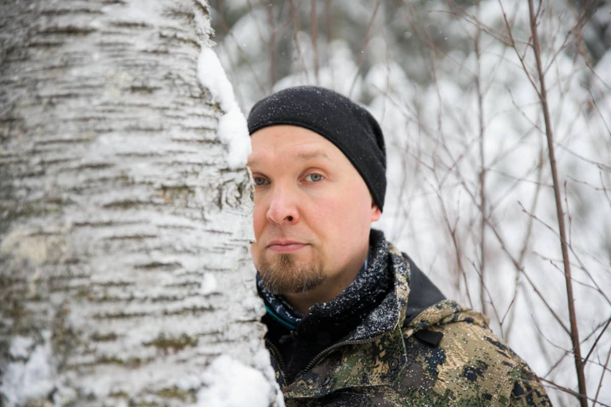 Antti Lukkarinen lahopuun äärellä Suonenjoella.