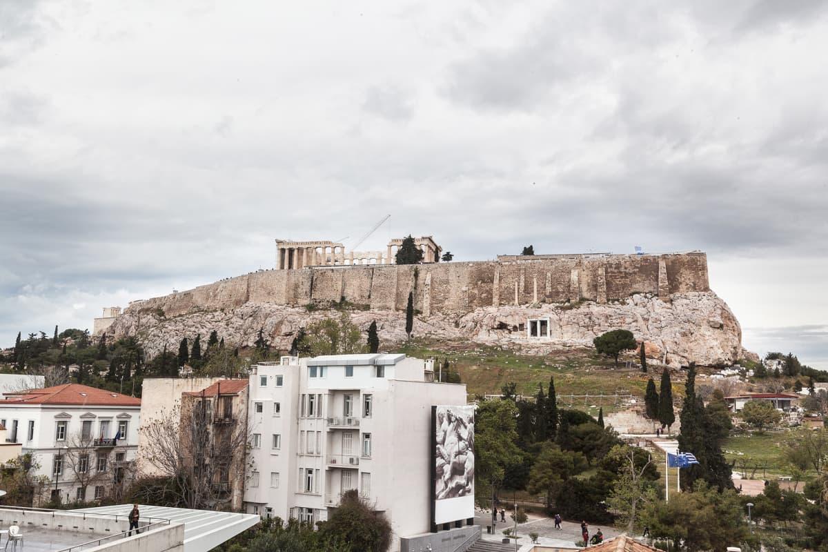 Akropoliin museon ylimmästä kerroksesta on suora näkymä Parthenonin temppeliin. Doorilaistyylinen temppeli rakennettiin vuosina 447-438  eaa..