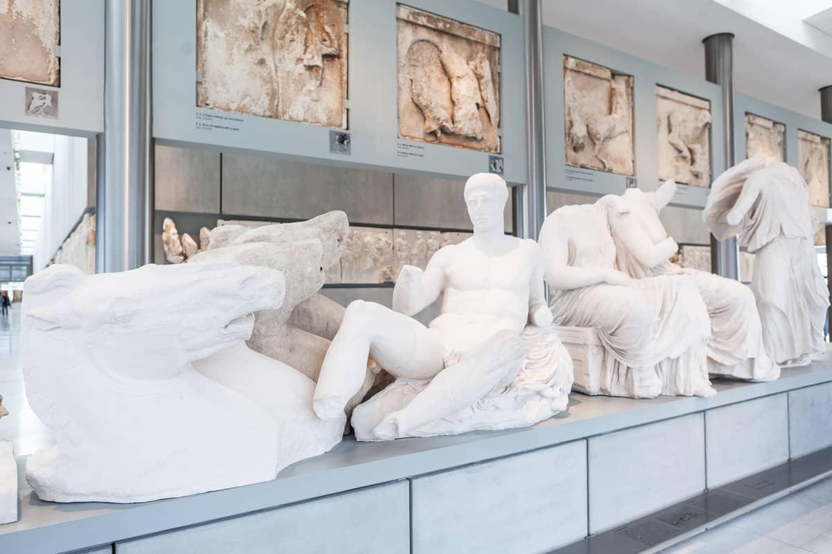 Parthenonin itäpuolen päätykolmioveistoksista iso osa on Lontoon British Museumissa.
