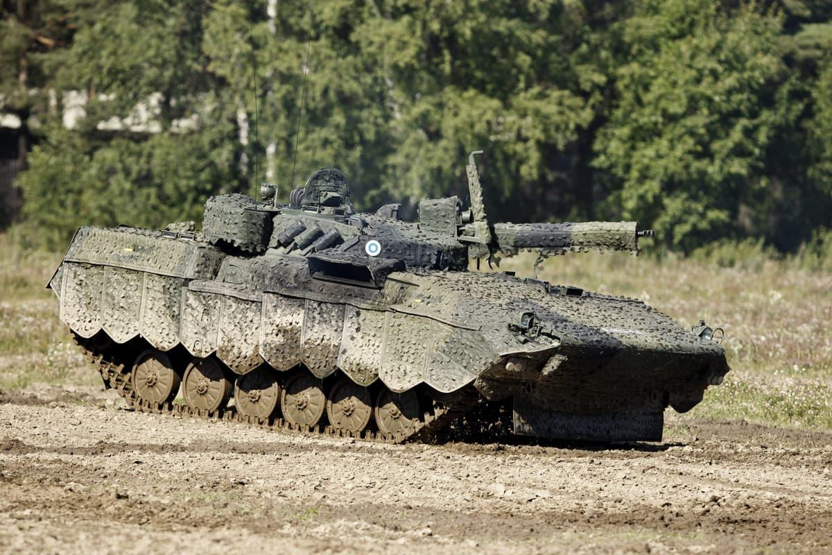 Rynnäkköpanssarivaunu BMP-2M  Parolassa.