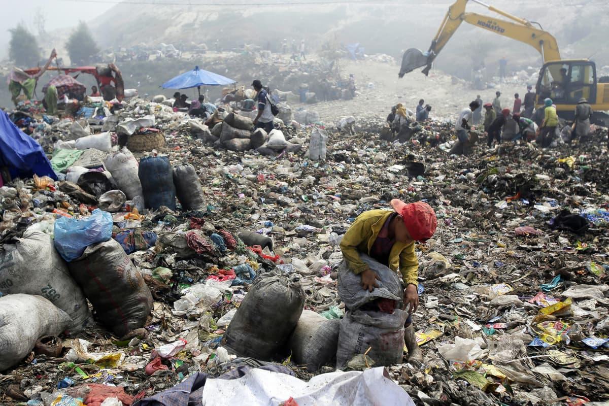 Jätteiden lajittelua kaatopaikalla Marelanissa Indonesiassa.