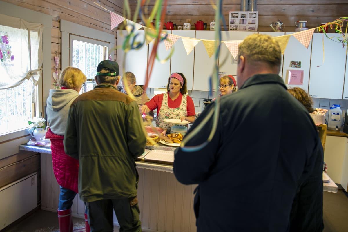 Ihmiset jonottavat Korkeakosken kahvilassa.
