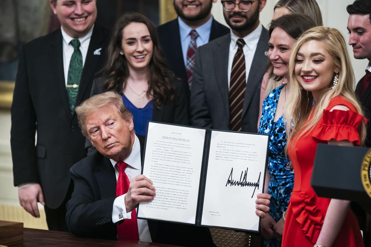 Presidentti Trump esittelee määräystä, joka uhkaa puhetilaisuuksia rajoittavia yliopistoja valtionavun menettämisellä.