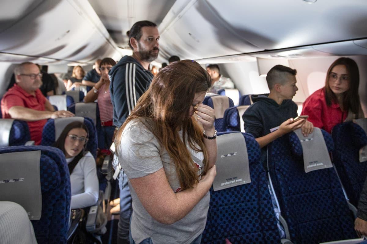 Israelilaiset matkustajat pysähtyivät muistamaan holokaustin uhreja lentokoneessa.