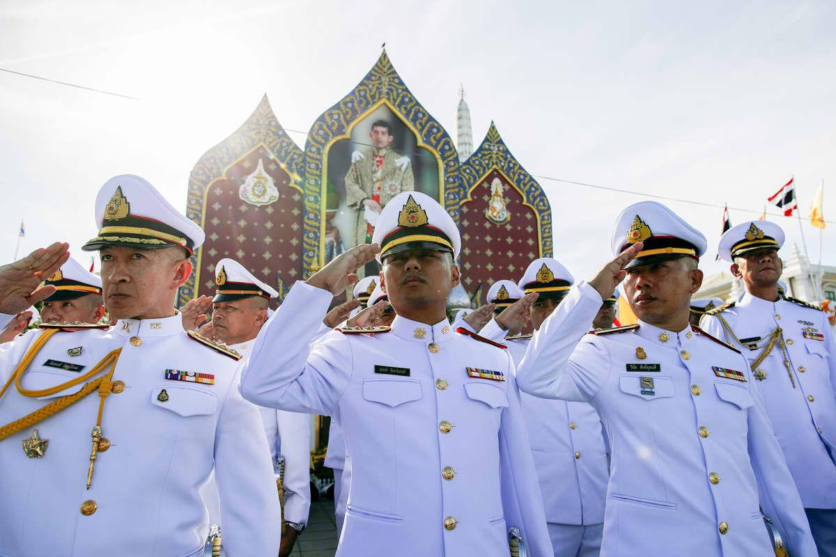 Viranomaisia kruunajaisseremoniassa Bangkokissa lauantaina.