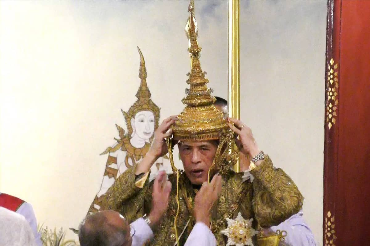 Kuningas Maha Vajiralongkorn sai yli seitsemänkiloisen kruunun päähänsä lauantaina.