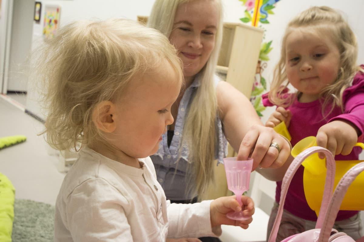 Lotta Parkkonen leikkii yhdessä lastensa Antonin ja Alissan kanssa.