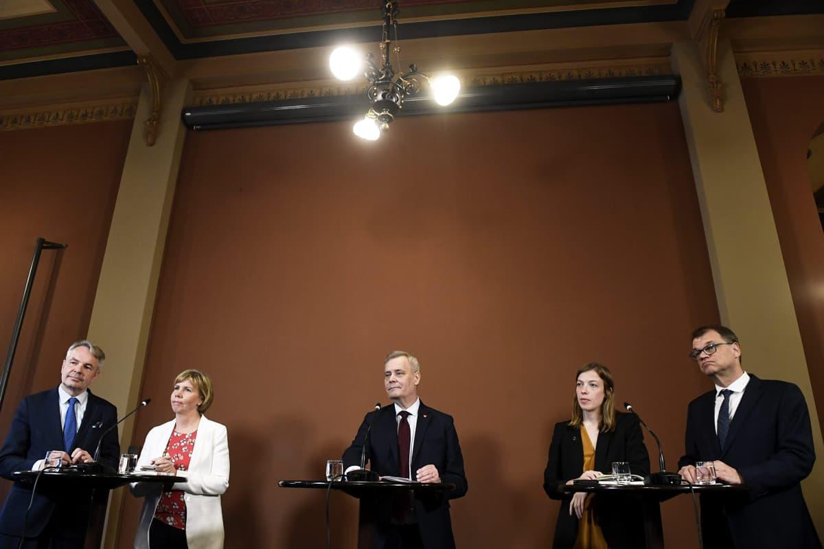 Hallitustunnustelija, SDP:n puheenjohtaja Antti Rinne (keskellä) kertoi hallitusneuvotteluiden ensimmäisestä päivästä Säätytalossa keskiviikkona.