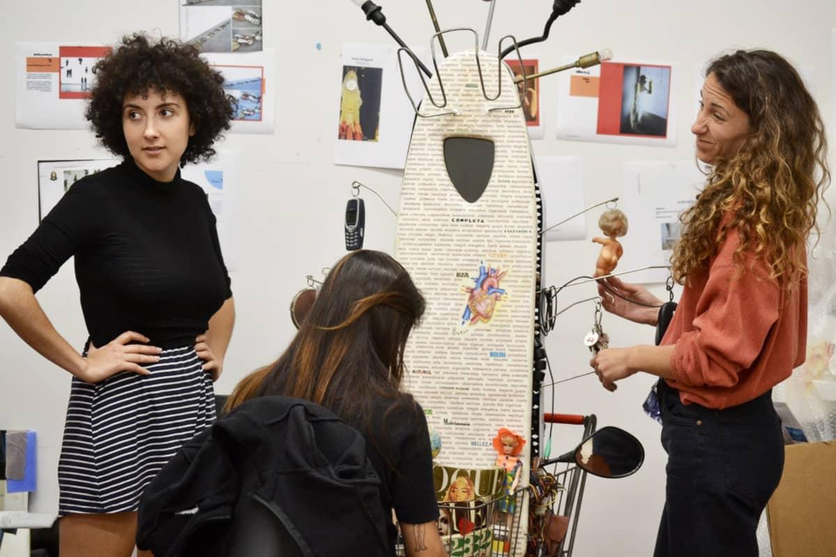 Taideryhmä Femiart viimeistelee feminististä taideteosta Barcelonan keskustassa sijaitsevassa Ca la Donassa.