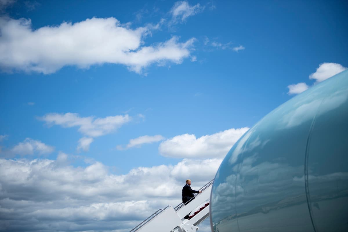 Trump nousemassa koneeseen.