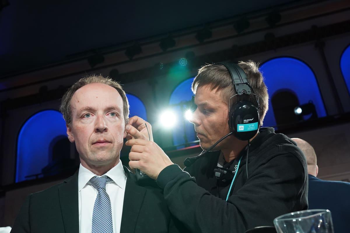 Jussi Halla-ahoa valmistellaan Ylen haastatteluun.