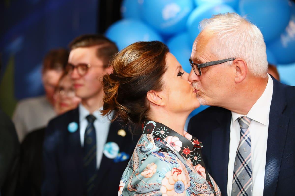 Petri Sarvamaa ja Sari Helin kokoomuksen vaalivalvojaisissa Helsingissä.