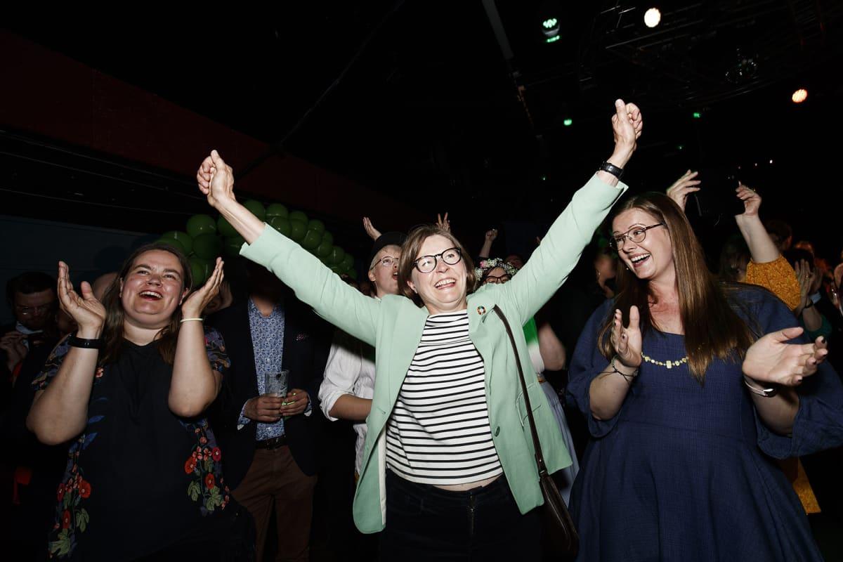 Heidi Hautala juhlii vihreiden vaalivalvojaisissa Helsingissä.