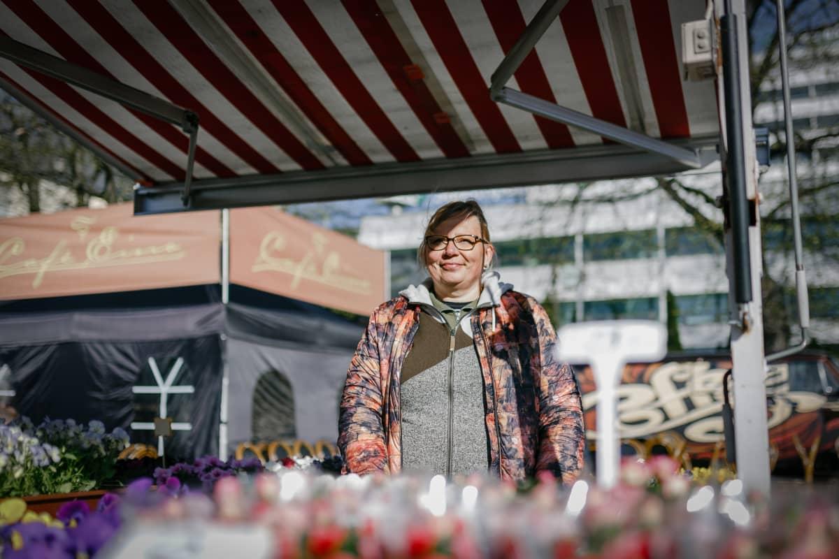 Kukkakauppias Anne Pekkinen Turun kauppatorilla.