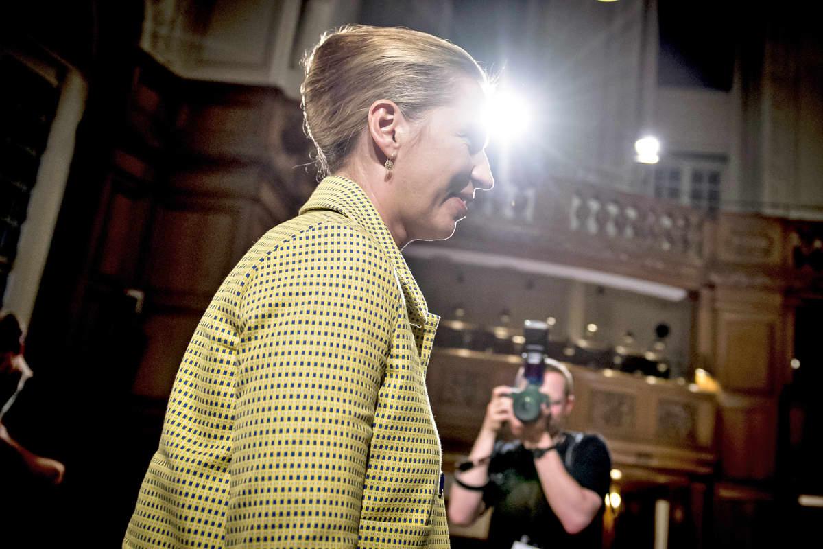 Mette Frederiksen puhumassa kannattajilleen keskiviikkoiltana 5. kesäkuuta.