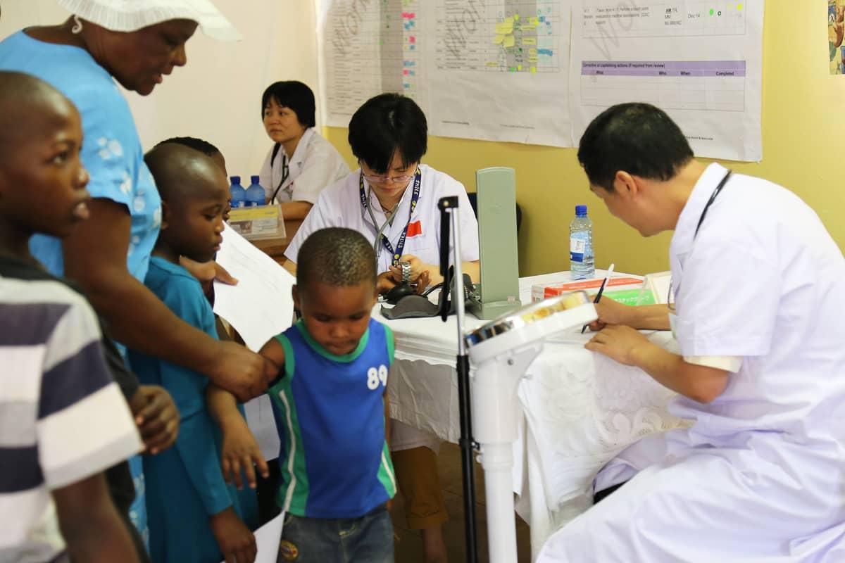 Kiinalaisen lääkintäryhmän jäseniä työssään Botswanassa.