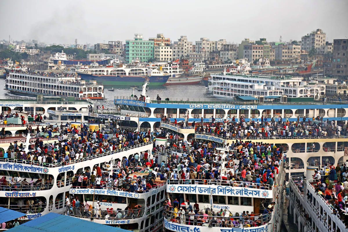 Bangladeshiläiset matkustavat kotikyliinsä viettämään muslimien juhlaa perheidensä kanssa.