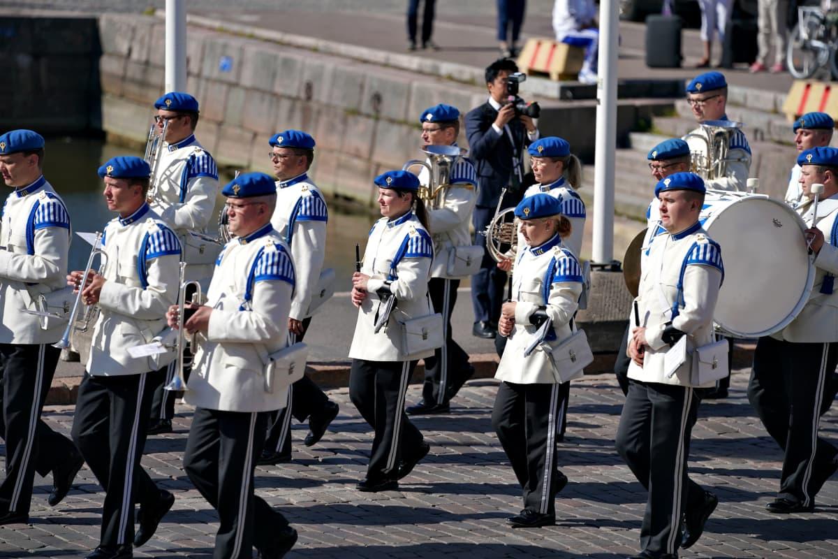 Sotilassoittokunta marssii Presidentinlinnan edessä maanantaiaamuna 10. kesäkuuta 2019.