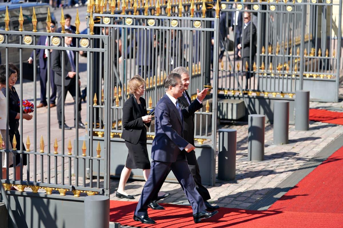 Etelä-Korean presidentti Moon Jae-in ja Sauli Niinistö kävelevät vierekkäin kohti Presidentinlinnaa.