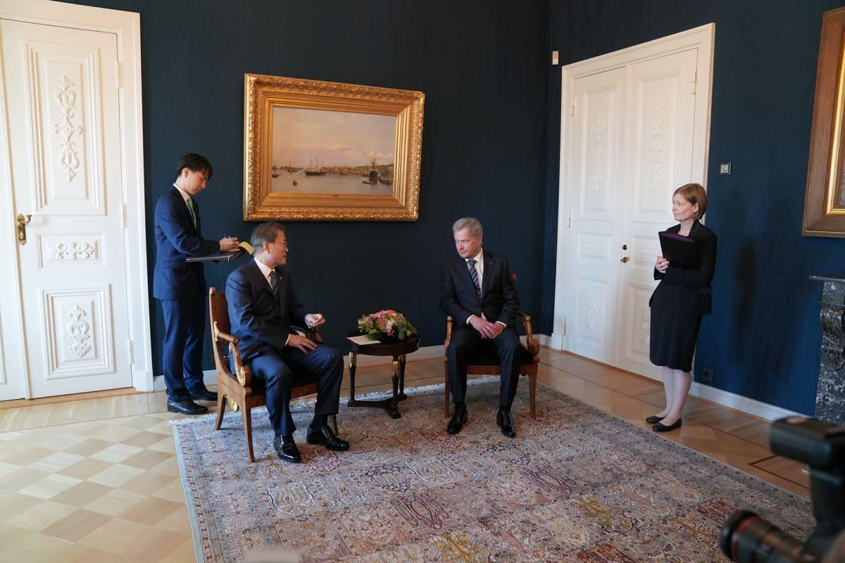 Etelä-Korean tasavallan presidentti Moon Jae-in ja Sauli Niinistö Presidentinlinnassa.
