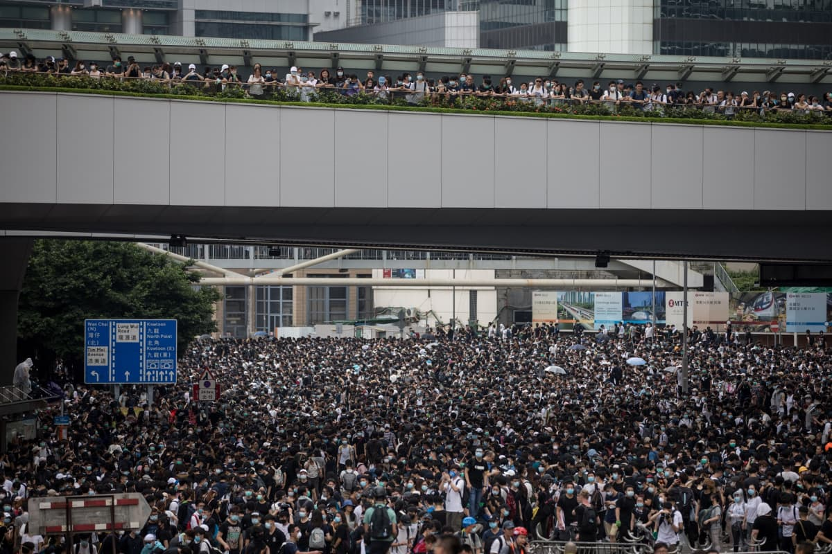 Kymmenettuhannet marssivat kaduilla keskiviikkona 12. kesäkuuta Hongkongin ytimessä.