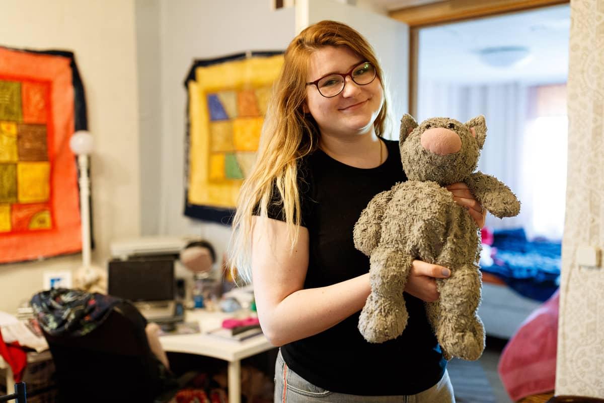 Dagnyn lapsuuden lempipehmolelu on nimeltään Kiisuka. Se on reissannut Dagnyn mukana lukuisia kertoja Suomesta Viroon ja takaisin.