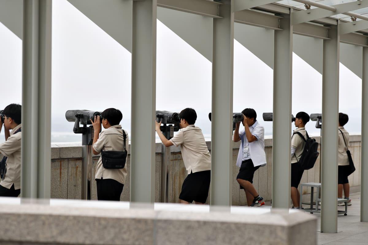 Eteläkorealaiset opiskelijat kiikaroivat Pohjois-Korean puolelle lähellä maiden rajaa kesäkuussa 2019.
