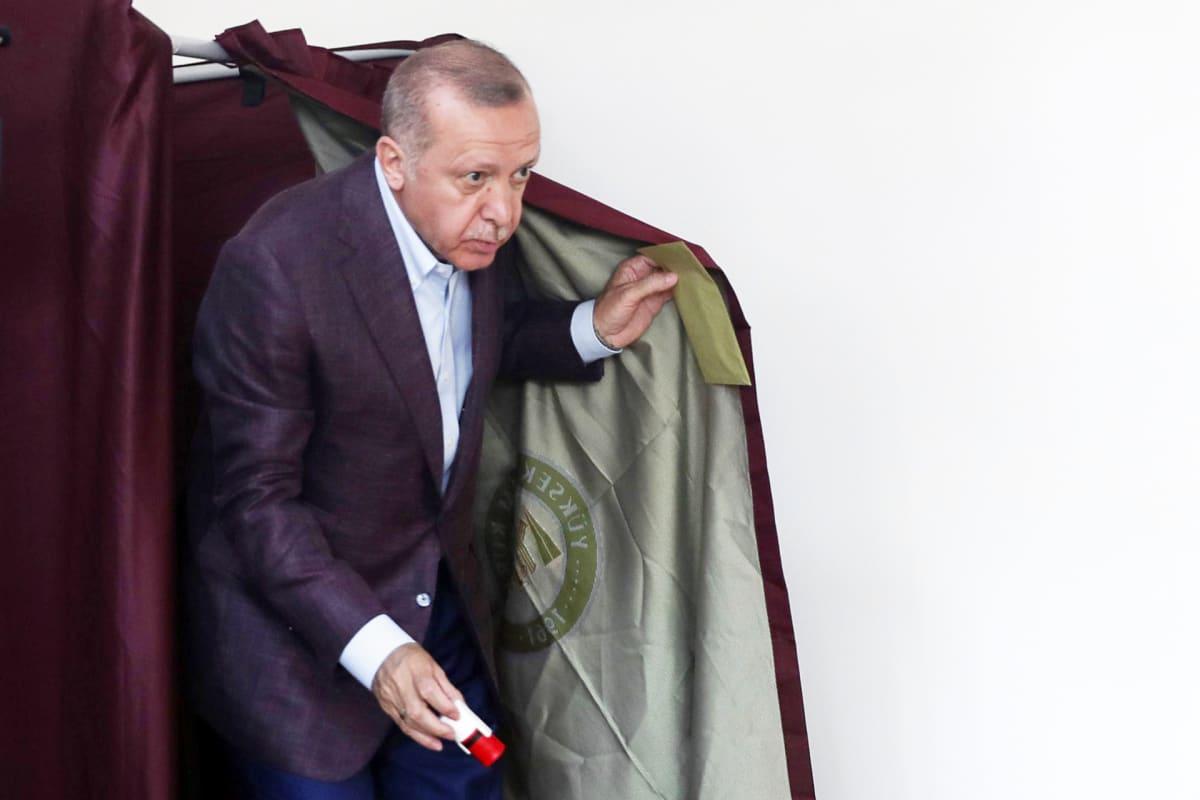Recep Tayyip Erdoğan äänestää Istanbulissa.