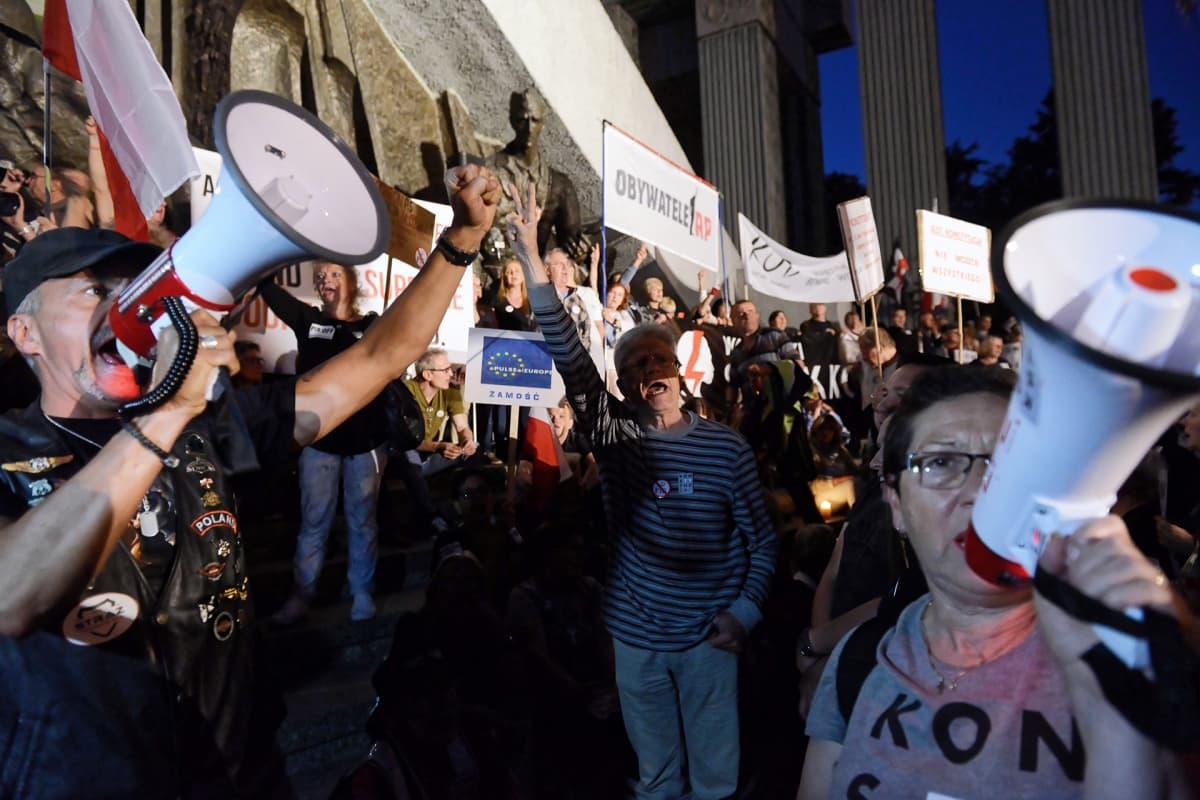 Mielenosoittajie Puolan korkeimman oikeuden edustalla Varsovassa