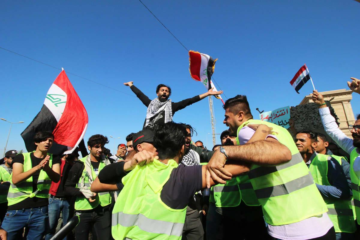Mielenosoittajia vastustamassa nykyhallinon korruptoituneisuutta Baasrassa maaliskuussa 2019.