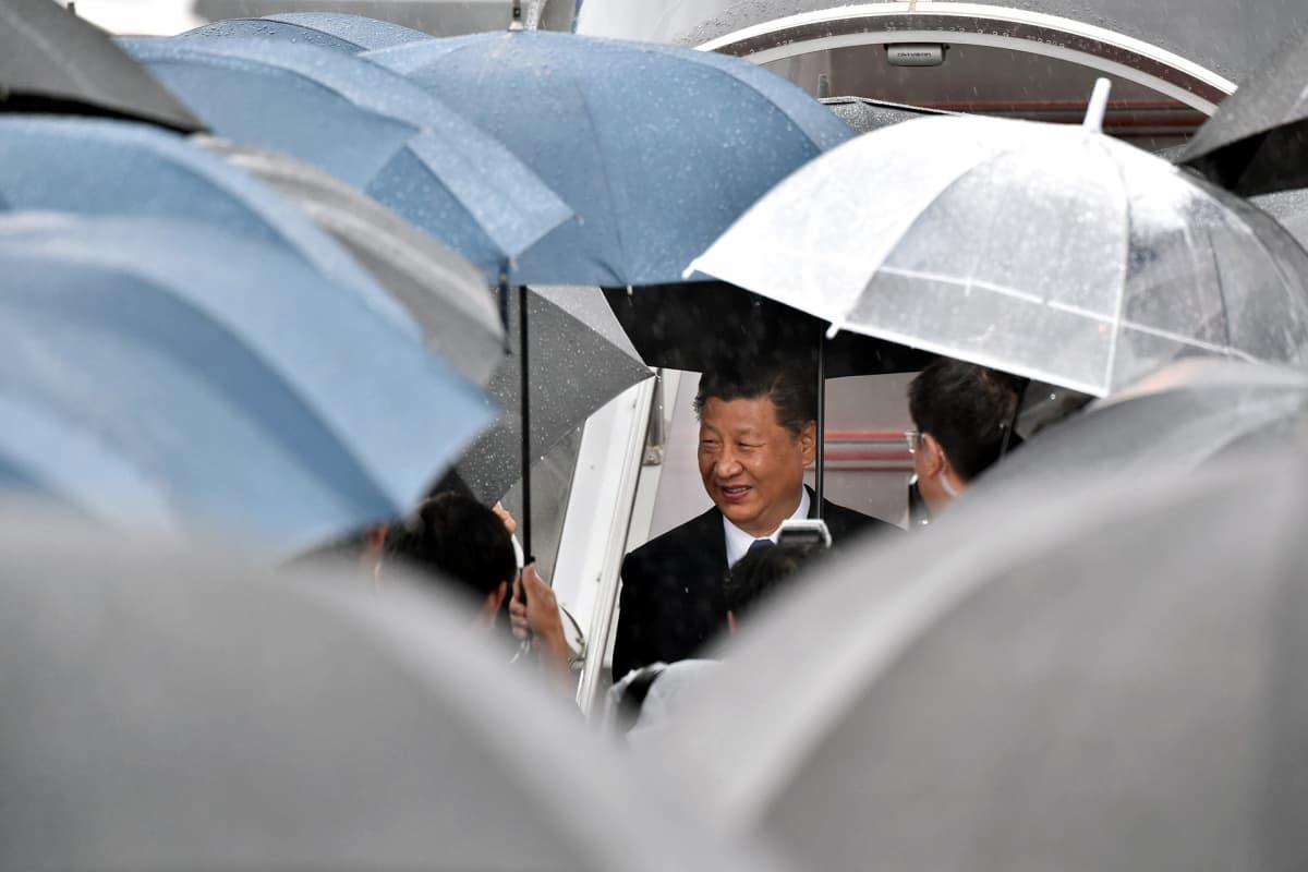 Xi Jinping saapumassa Osakaan.