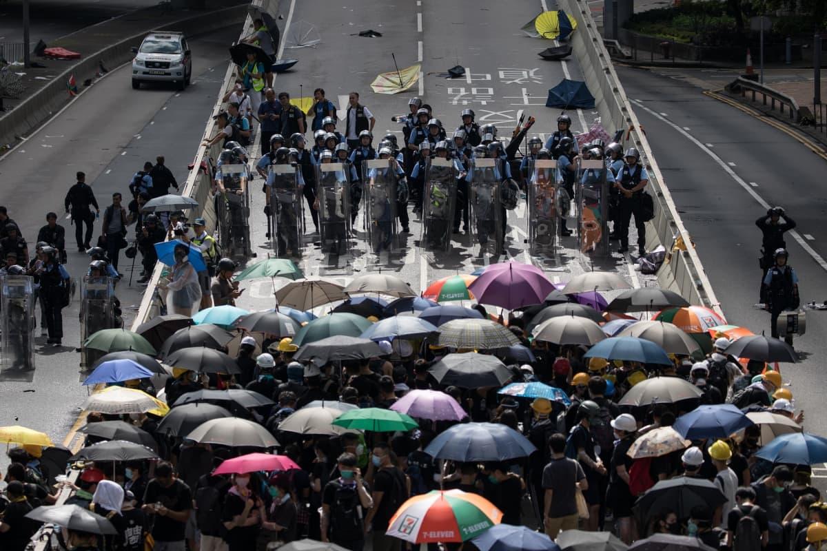 Mielenosoittajia ja poliiseja Hongkongissa 1. heinäkuuta.