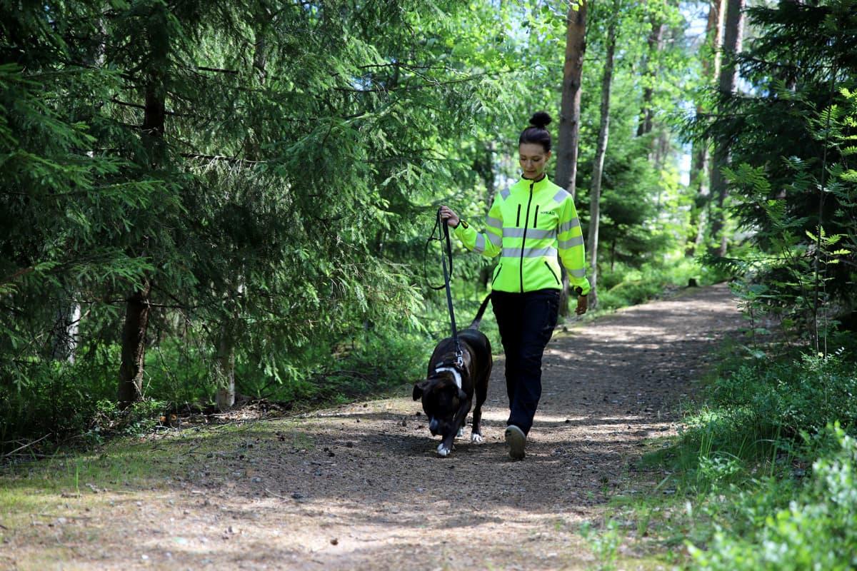 Emmi Suuronen ulkoiluttaa Selma-koiraansa.