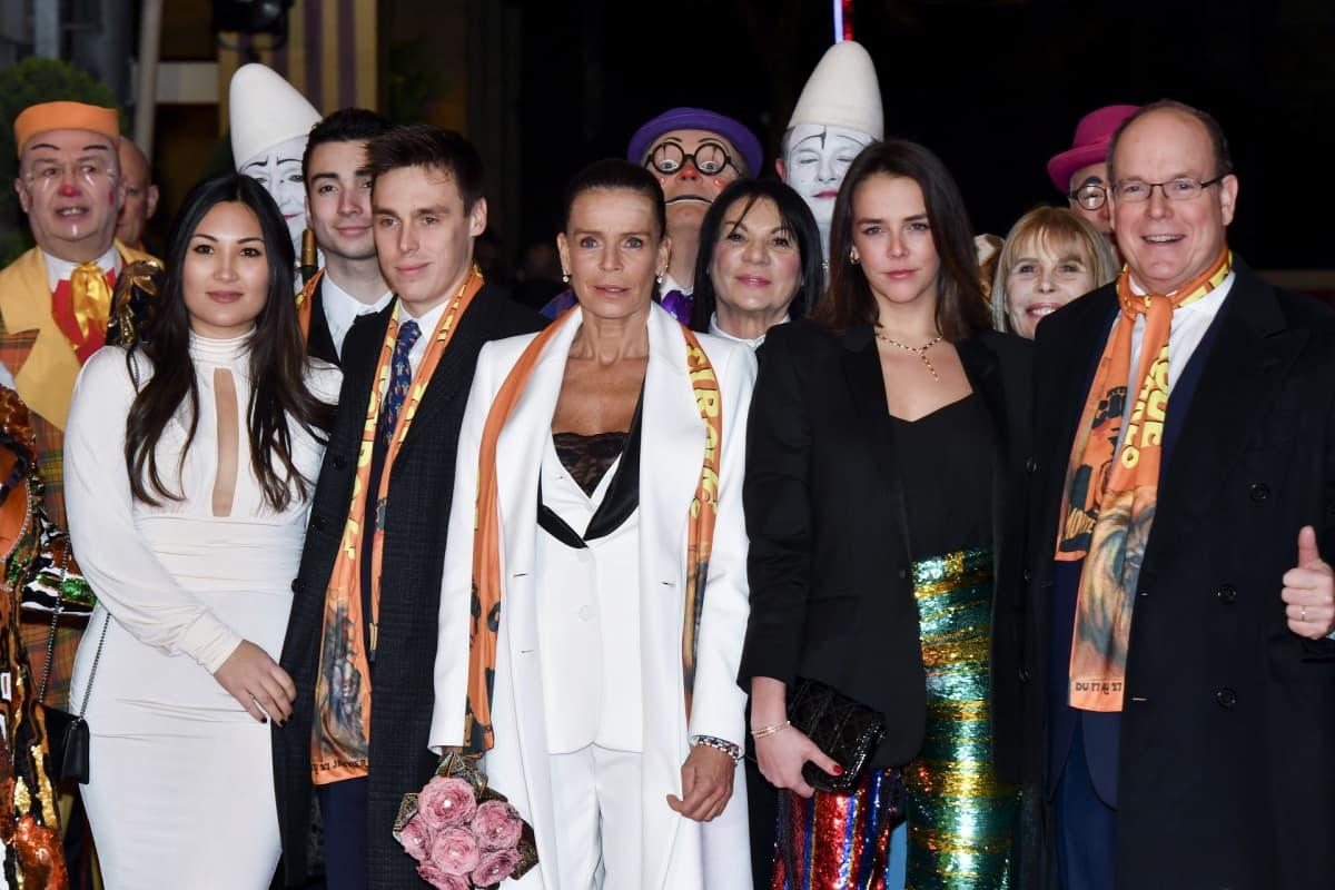 Monacon ruhtinas Albert II, prinsessa Stephanien tytär Pauline Ducruet, prinsessa Stephanie, prinsessa Stephanien poika Louis Ducruet ja tämän kihlattu Marie Chevallier klovnien ympäröimänä.