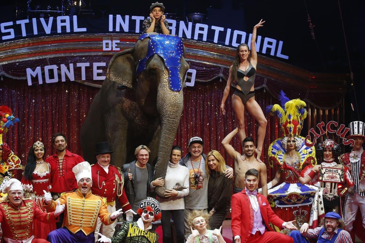 Prinsessa Stephanie sirkustaiteilijoiden ympäröimänä.
