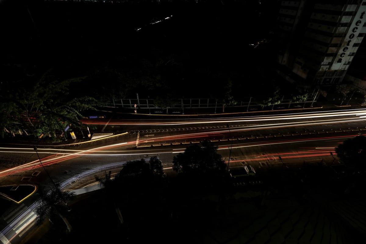 Tieliikennettä Caracasissa sähkökatkon aikana 22. heinäkuuta.