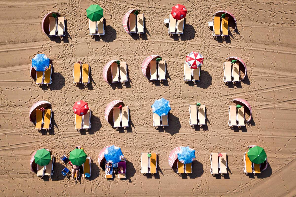 Ihmisiä ottamassa aurinkoa Hollannin Scheveningenissa keskiviikkona 24. heinäkuuta 2019.