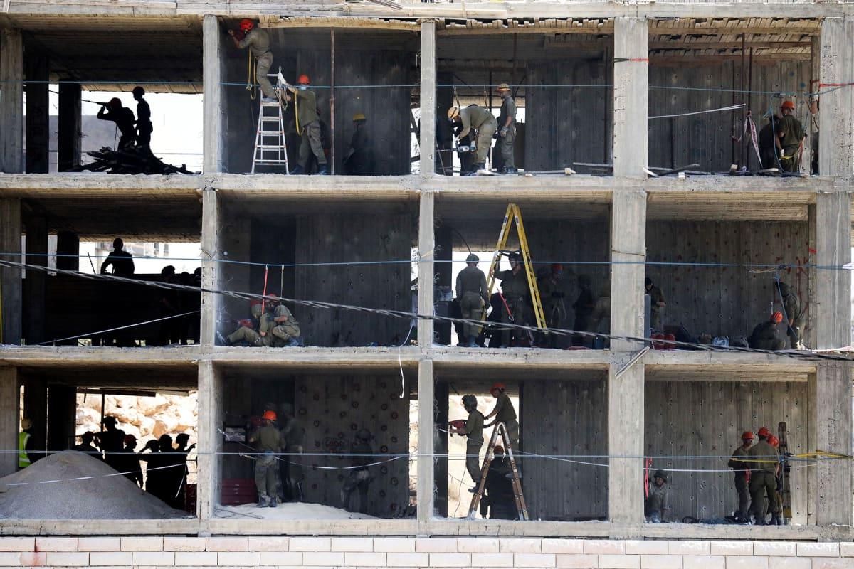 Israelin armeijan joukot asettavat räjähteitä taloon joka on määrä tuhota.