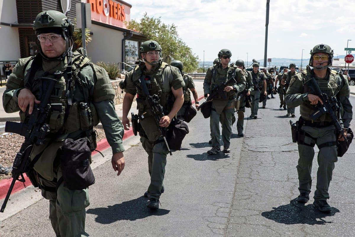 Poliisin erikoisjoukot kauppakeskuksen edustalla