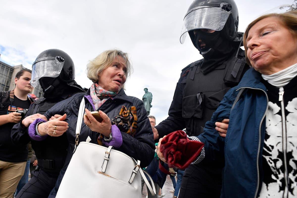 Moskovan poliisi otti kiinni satoja ihmisiä opposition luvattomassa mielenosoituksessa Moskovassa.