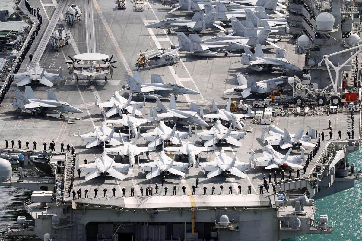 Yhdysvaltalainen lentotukialus Etelä-Korean Busanissa.