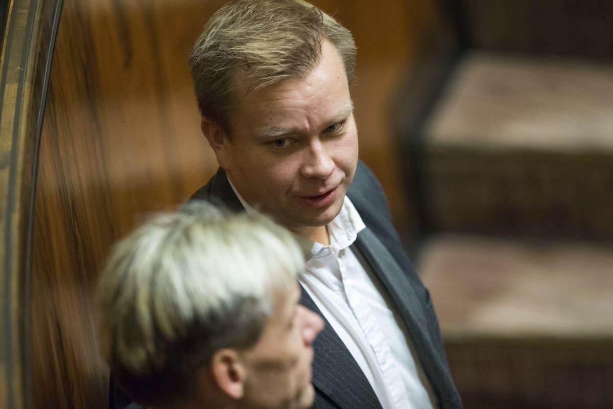 Antti Kaikkonen Eduskunnassa.