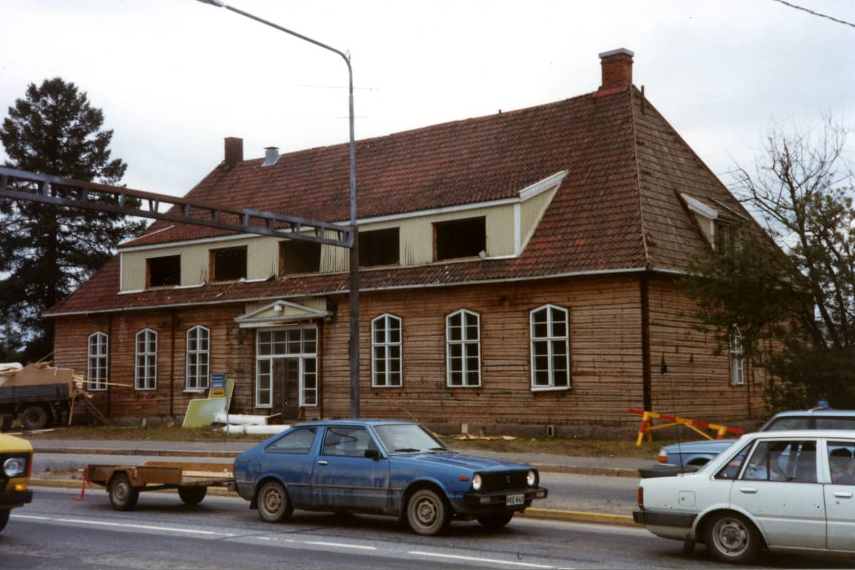 Vanha Kauppalantalo purettiin 1989. Lautaverhoilun alla oli jykevä hirsirunko, joka saa uuden elämän 30 vuotta myöhemmin Seinäjoen Piirin alueella.