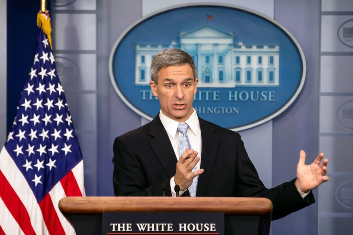 Yhdysvaltain kansalaisuus- ja maahanmuuttopalveluiden virkaa tekevän johtajan Ken Cuccinellin mukaan siirtolaisten omavaraisuus on olennainen osa amerikkalaista unelmaa.