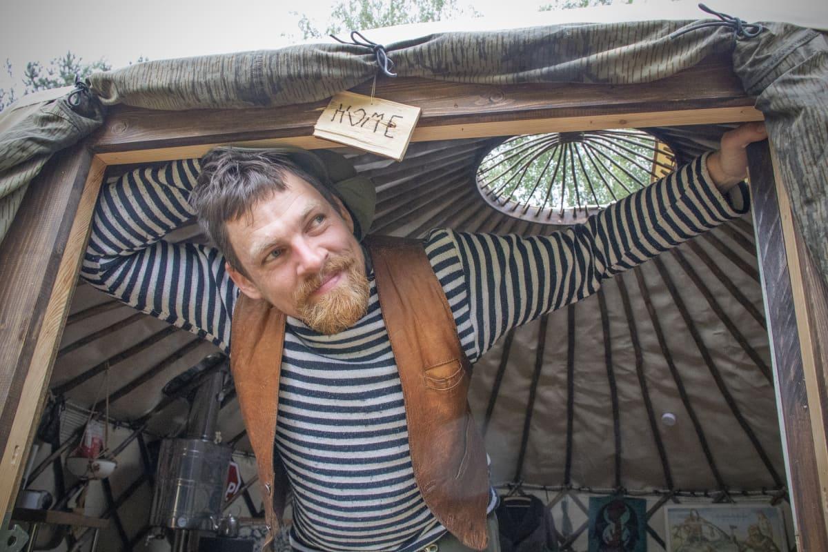 Huck Middeke jurttansa ovella Joensuussa.