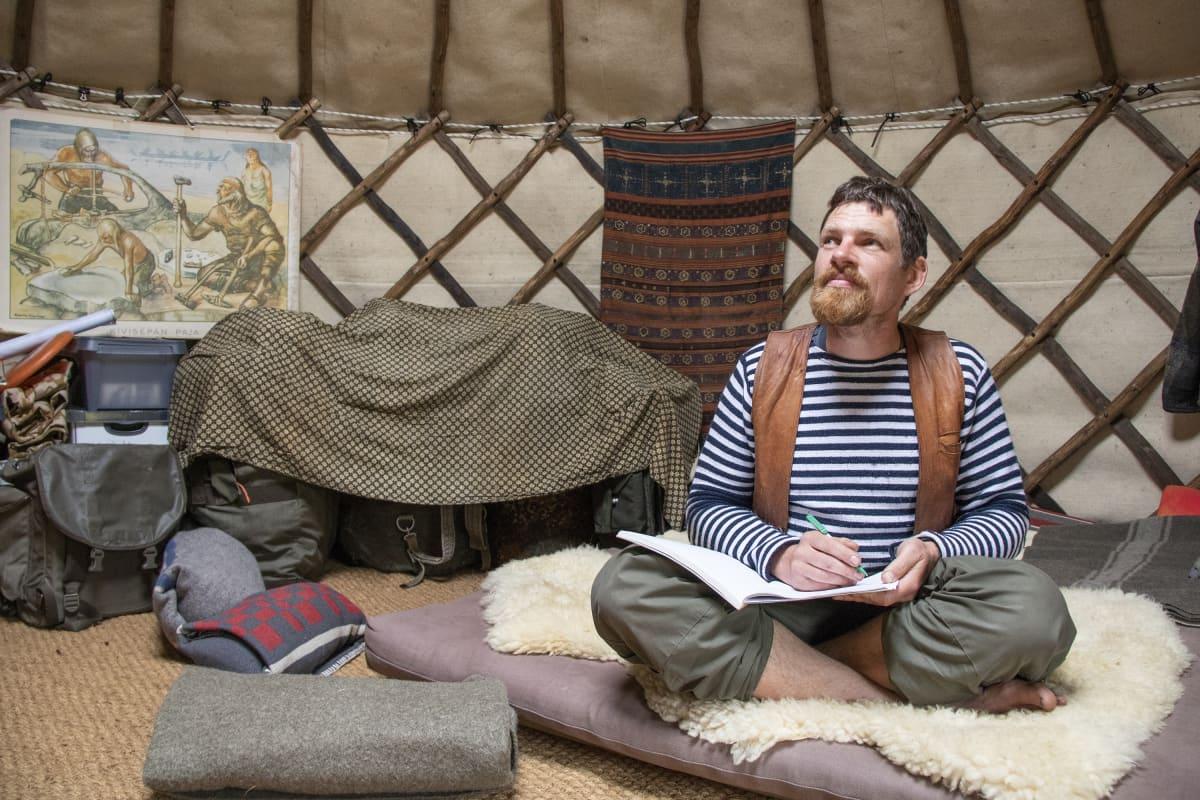 Huck Middeke istuu jurttansa sisällä.