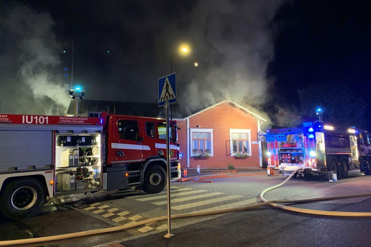 Kahvila palaa Loviisan vanhassa kaupungissa.