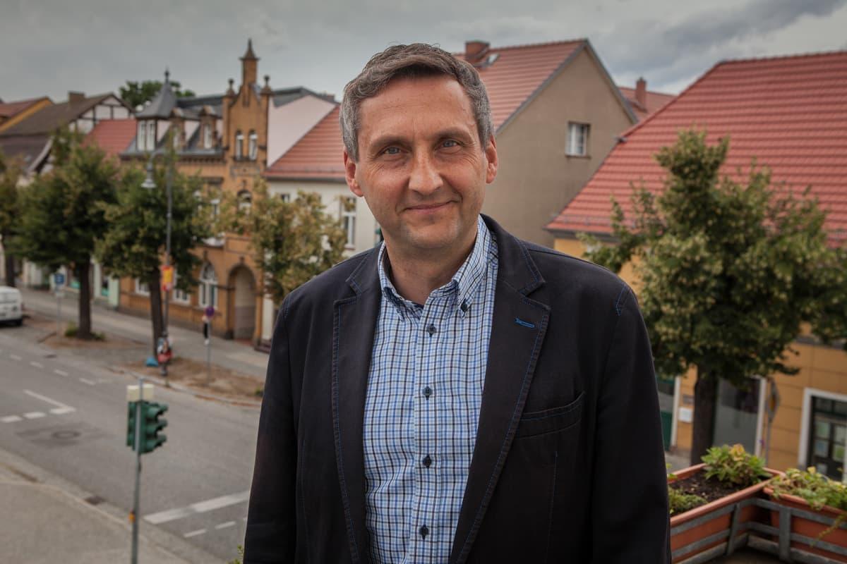 Michael Knape on Treuenbrietzenin pormestari. Hän sanoo Saksan politiikan keskittyneen kaupunkikeskusten kehittämiseen ja jättäneen reuna-alueet katveeseen.