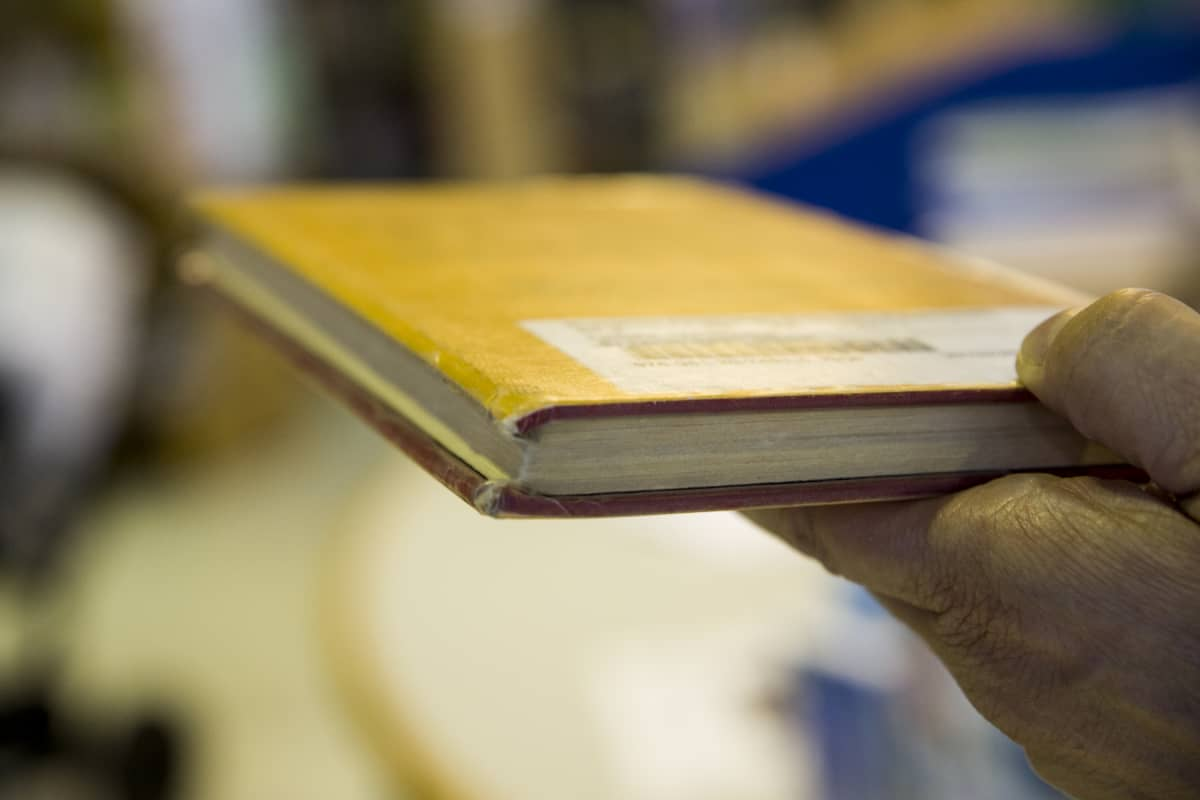 Päällystämätön kirjaston kirja.